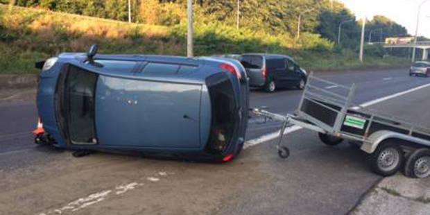 Gosselies: une voiture sur le flanc sur l'A54 - La DH