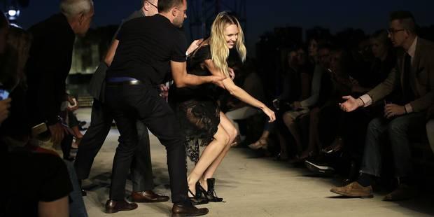 Un Ange chute sur le podium du défilé Givenchy - La DH