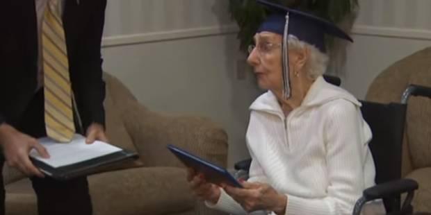 Forcée d'abandonner l'école lorsqu'elle était petite, elle reçoit son diplôme à 97 ans - La DH