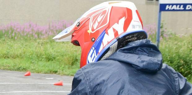 Un motocycliste sans casque en direction de la prison - La DH