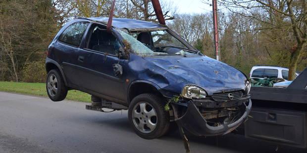 Cerfontaine: une voiture sur le toit à Senzeilles - La DH