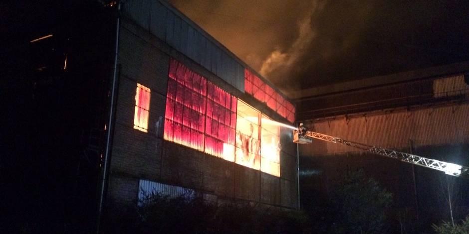 Un incendie dans des hangars de la société Carbobois à Couillet