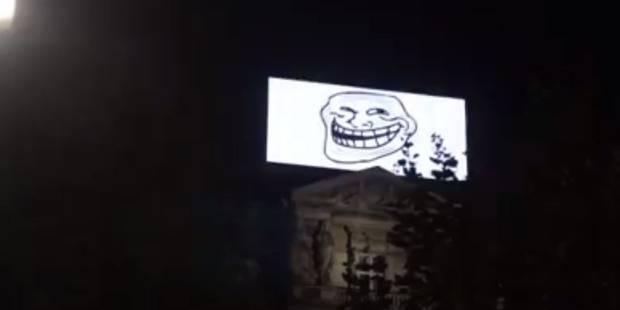 L'écran publicitaire géant de la place De Brouckère piraté (VIDEO) - La DH