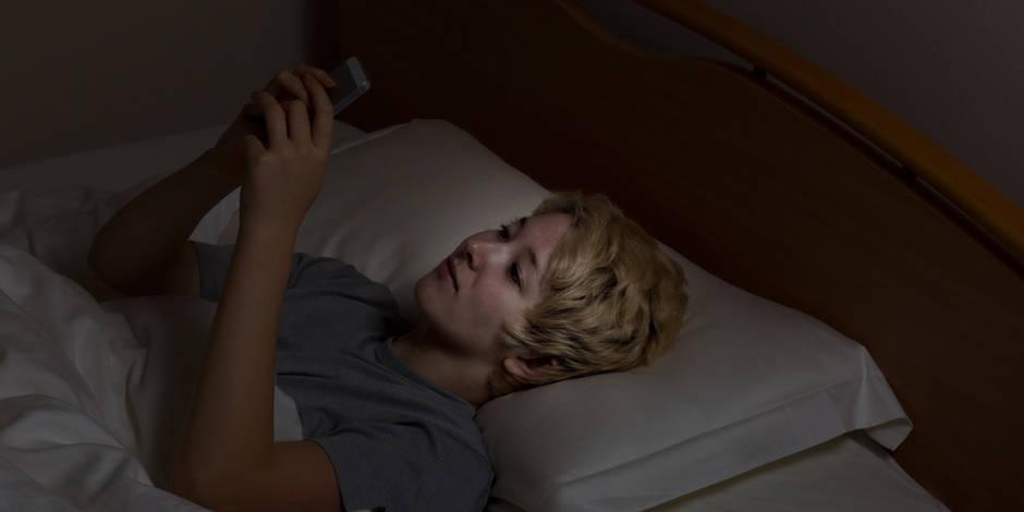 """Les effets néfastes observés sur le sommeil après l'extinction de la lumière sont dus à la """"lumière bleue"""" émise par les smartphones et perçue comme plus intense dans l'obscurité."""