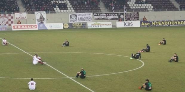 Mais que font ces footballeurs grecs assis avant leur match? (VIDEO) - La DH