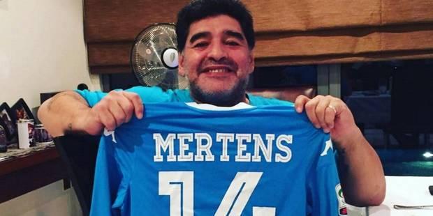 Maradona pose avec le maillot de Dries Mertens - La DH