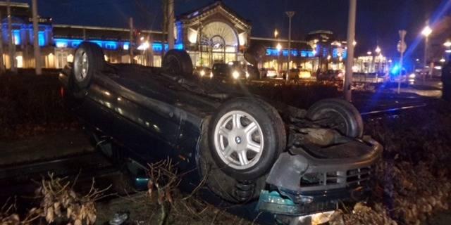 Charleroi: une voiture effectue des tonneaux et s'immobilise sur les rails du métro