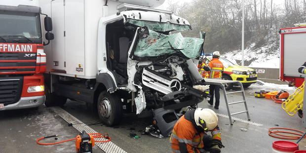 Collision entre camions sur la N5 à Neuville (VIDEO) - La DH