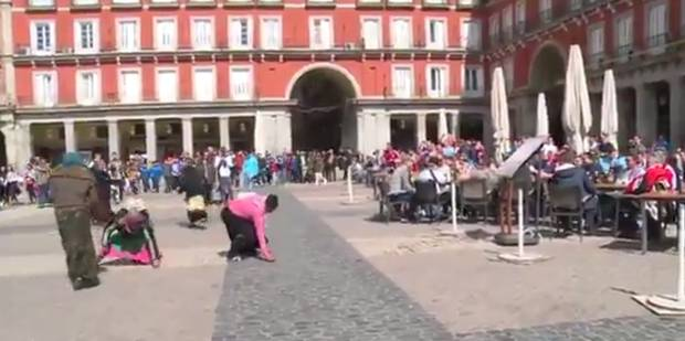 Lamentable: des supporters du PSV humilient des mendiants à Madrid (VIDÉO) - La DH