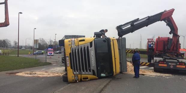 Un camion renversé au carrefour des Canadiens à Thulin - La DH