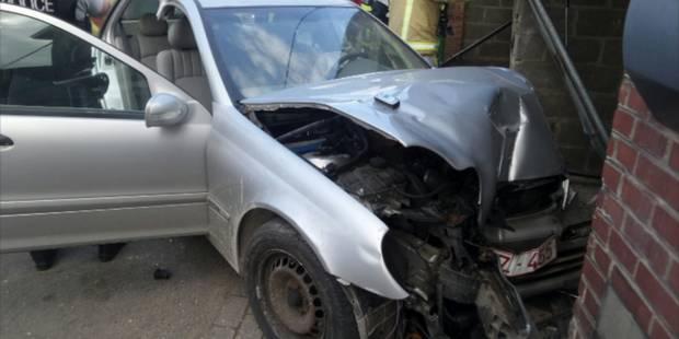 Il percute une voiture et deux garages à Marchienne-au-Pont (PHOTOS) - La DH