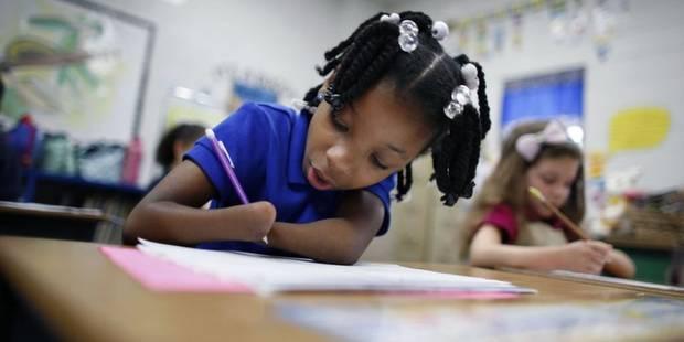 Née sans mains, cette petite fille de 7 ans gagne un concours d'écriture - La DH