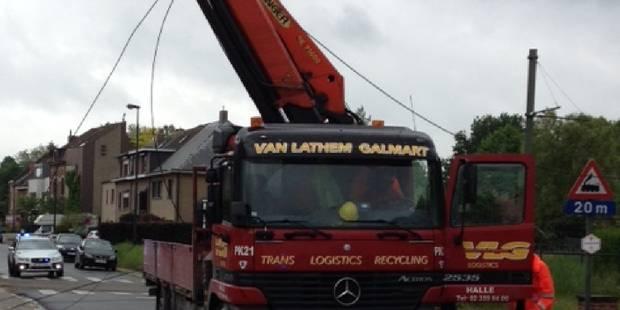 Un camion grue arrache des caténaires du tram 39 - La DH