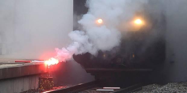 Des grévistes ont menacé de jeter des torches enflammées sur les voies à Ottignies - La DH