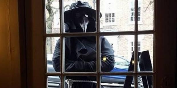 Qui est cet étrange homme en noir qui hante la ville de Chester ? (VIDEO) - La DH