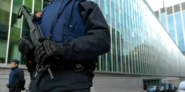 """Un vide juridique permet à la police de """"revendre"""" ses armes de guerre - La DH"""