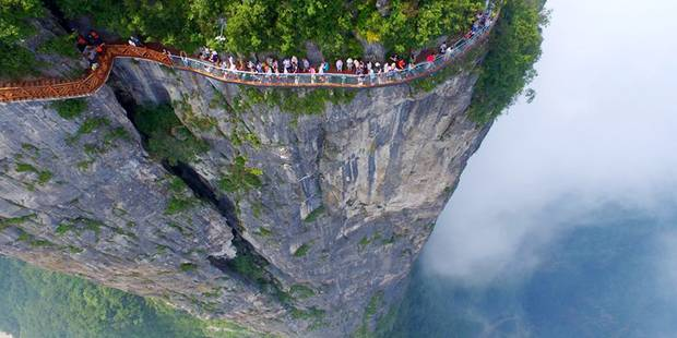 Sur le mont Tianmen, la passerelle de verre à ne pas emprunter en cas de vertige - La DH