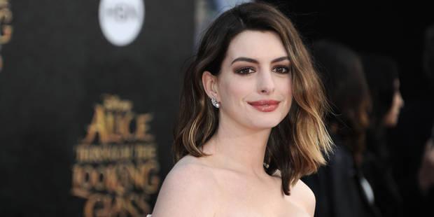 """En taillant un short sur Instagram, Anne Hathaway déculpabilise les femmes et leurs """"kilos de trop"""" - La DH"""