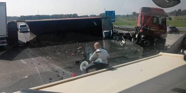 E19-E42: un camion perd son chargement et bloque la circulation - La DH