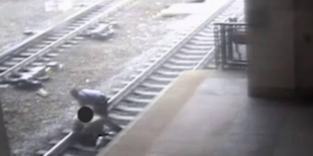 Le train arrive, un policier sauve un homme couché sur les rails (VIDÉO) - La DH
