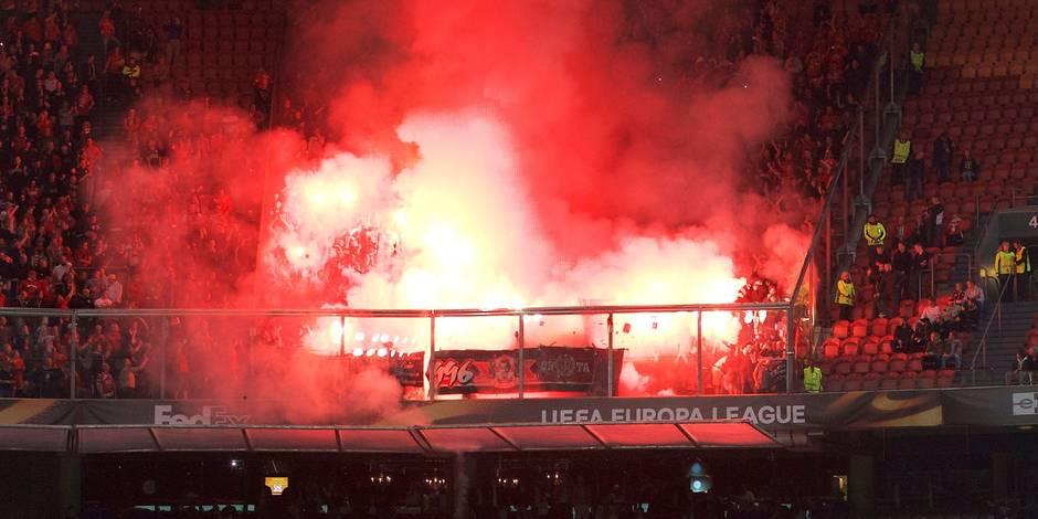 Le Standard risque une forte amende après des jets de fumigènes dans le stade de l'Ajax (PHOTOS & VIDEOS)