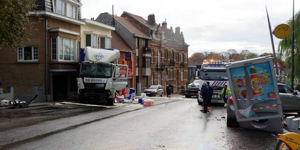 Le conducteur d'un camion blessé dans un grave accident à Uccle (PHOTOS) - La DH