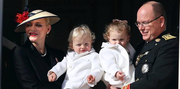 Charlène, Albert II et les jumeaux en visite surprise au village de Noël - La DH