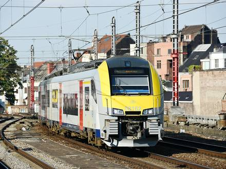 Train gare transport SNCB rail conducteur contrôleur navetteur Bruxelles jonction voyageur Desiro