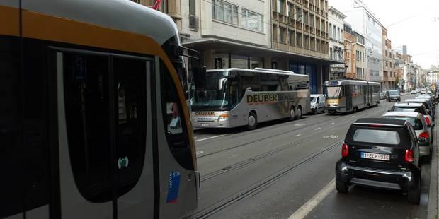 Bruxelles: un chauffeur de camionnette blessé après un accident avec un tram - La DH