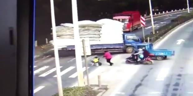 Un enfant percuté de plein fouet par un camion (VIDEO) - La DH