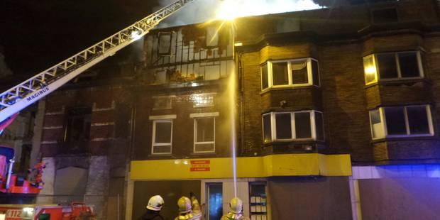 Trois maisons en feu à Charleroi, un pompier brûlé - La DH
