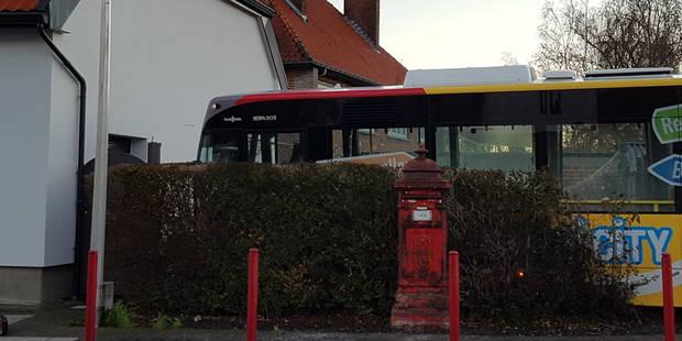 Tournai: un bus sort de sa route et termine dans la cour d'une habitation (VIDEO) - La DH