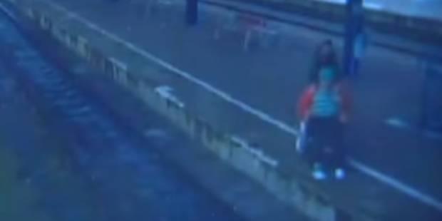 Il pousse une personne âgée et en chaise roulante sur les rails... et la frappe à la tête à l'aide d'une pierre (VIDEO) ...