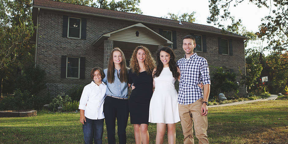 Elle construit sa maison familiale à l'aide de vidéos YouTube