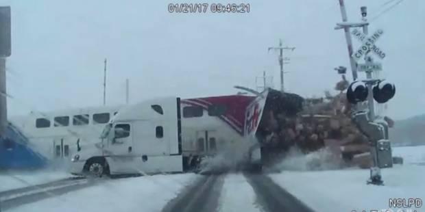 Un train de banlieue heurte un camion de plein fouet et le coupe en deux (VIDEO) - La DH