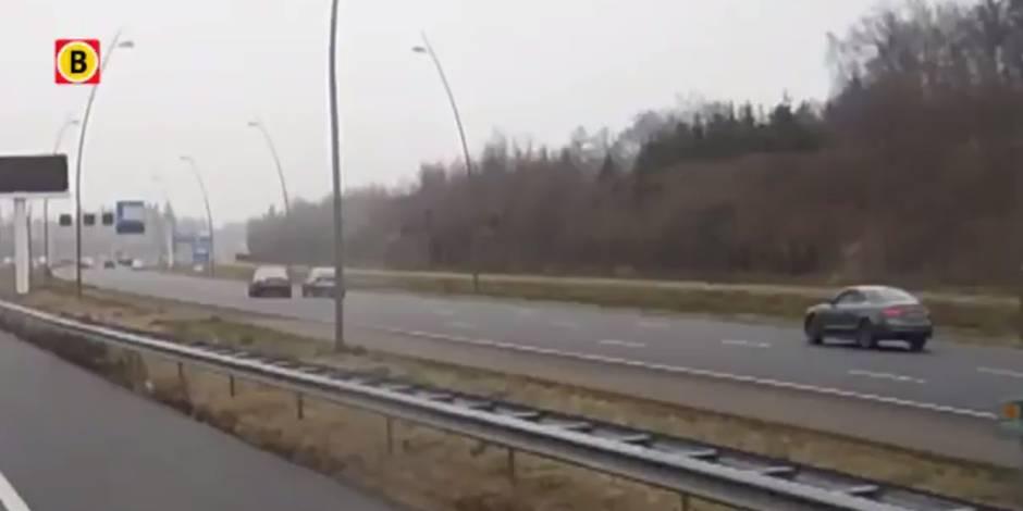 Un chauffard pousse délibérément une autre voiture dans le fossé (VIDÉO)