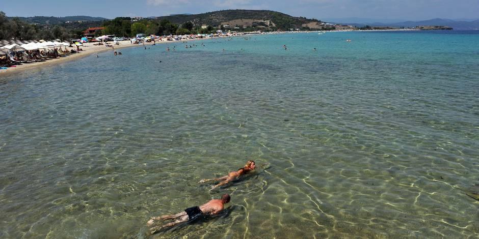 """La question de l'internaute: """"J'hésite entre l'avion et le bateau pour me rendre en Grèce l'été prochain, que conseillez..."""