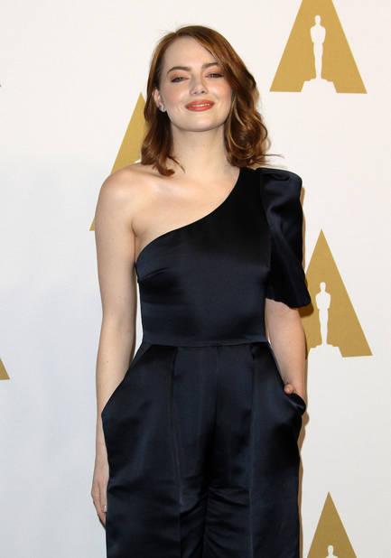 Merveilleuse Emma Stone dans une robe-salopette so chic signée Stella McCartney