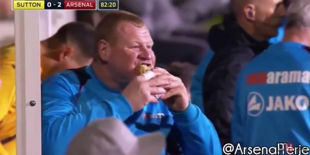 Le 2e gardien de Sutton mange une tourte à la mi-temps face à Arsenal: démission!