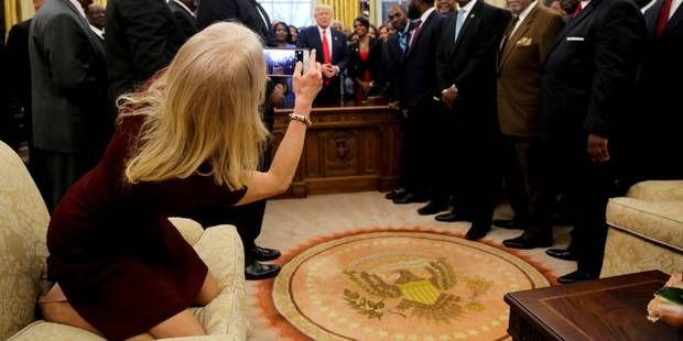 Les internautes ne savent pas comment réagir à cette photo de la conseillère de Trump - La DH
