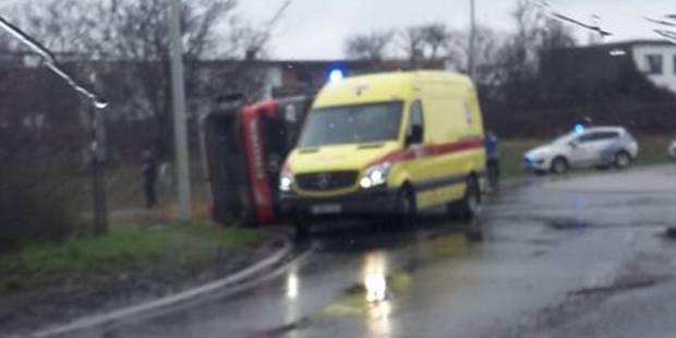 Ans: camion sur le flanc dans un rond-point - La DH