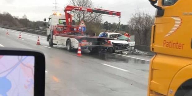 Accident spectaculaire sur la E19 à Mons: La conductrice a été désincarcérée - La DH