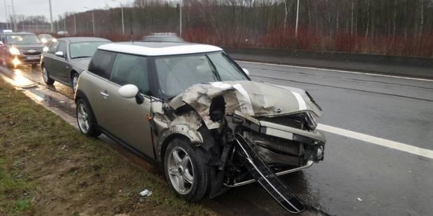 Collision entre une Mini et un camion sur le R3 à Fontaine-L'Eveque - La DH