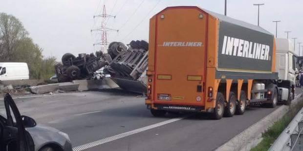 Courcelles : un camion se retourne sur le toit sur l'autoroute E42 (PHOTOS) - La DH