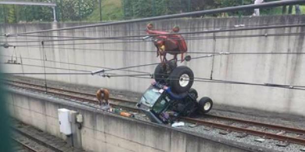 Un tracteur-tondeuse sur les rails du métro à Gilly - La DH