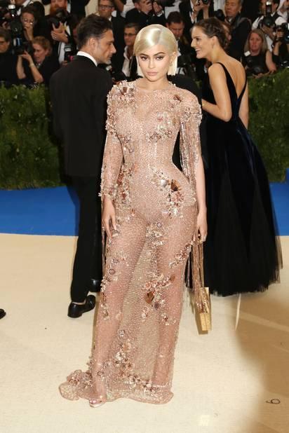 Kylie Jenner avait elle un casque blond qui lui allait à ravir, en nude, elle assurait sur le tapis crème et bleu.
