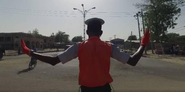 Un officier nigérian régule le traffic en dansant sur des chansons de Michaël Jackson - La DH