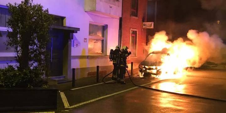 L'incendie d'une voiture entraîne de gros dégâts à Manage