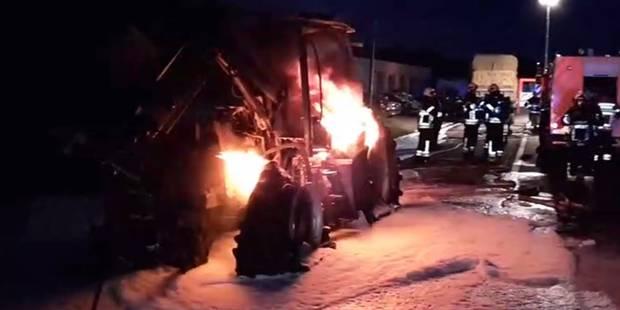 Merlemont : l'incendie d'un tracteur provoque deux voitures accidentées (VIDEO) - La DH