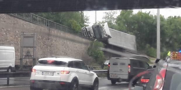 Embarras de circulation sur la E40 à Cheratte à cause d'un camion sur le flanc - La DH